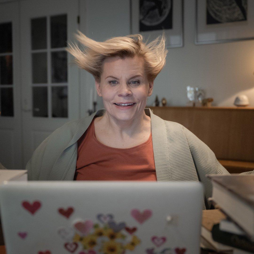 Reetta-hiukset-tuulessa_1080x1080