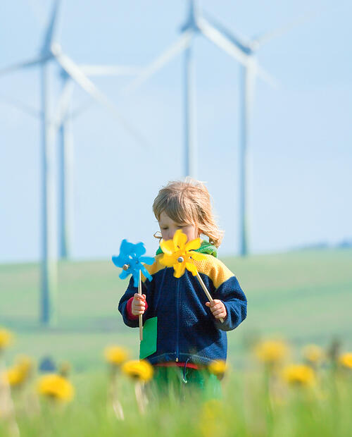 pieni poika taustalla tuulimyllyt
