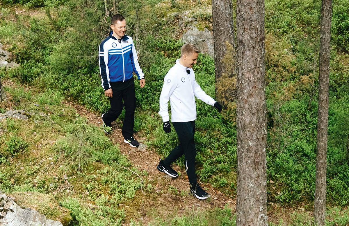 Aku Partanen ja Sami Jauhojärvi kävelevät metsässä
